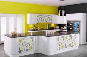 дизайн яркой кухни с игрой контрастов