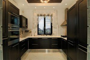 п-образная большая кухня дизайн