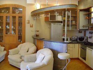 Кухня-студия разделенная барной стойкой