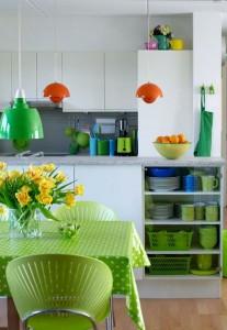 зеленый и красный цвет в интерьере кухни