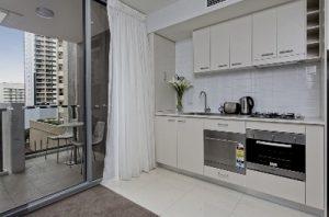 раздвижная дверь на балкон в кухне