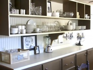 стеллажи на кухне для расширения пространства