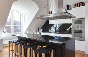 темный остров в середине светлой кухни