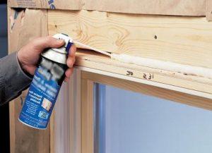 установка деревянного окна запенивание