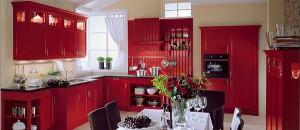 интерьер бордовой кухни со светлыми стенами
