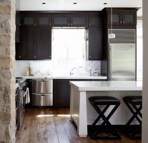 интерьер кухни студии со столовой зоной