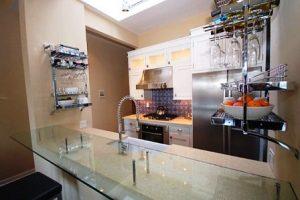 стеклянная барная стойка на маленькой кухне студии