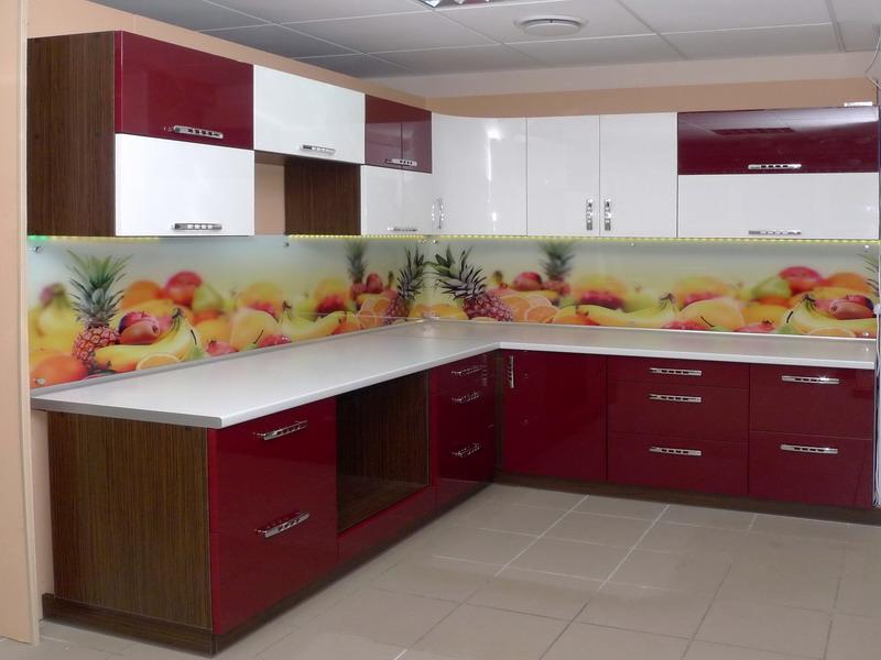 Кухня в бело-бордовых цветах