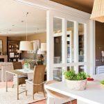 Объединение кухни и гостиной можно успешно осуществить с применением перегородки