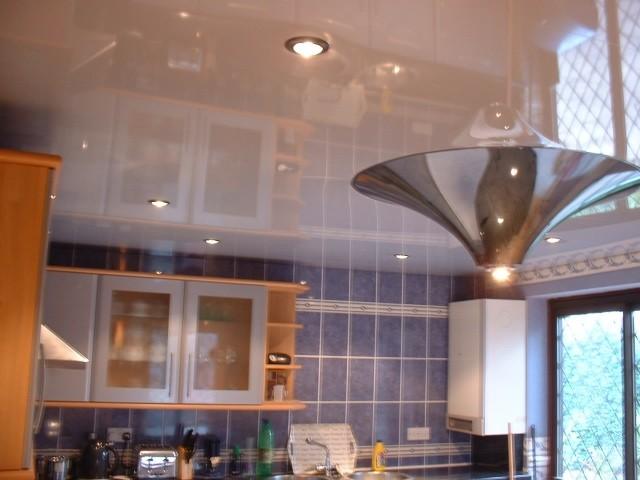 Цвета натяжных потолков, подходящих для кухни