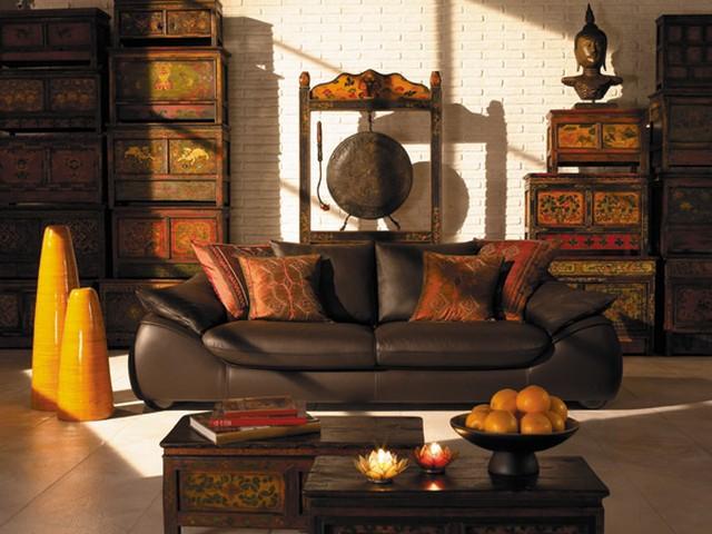 кожаный диван в гостиной кухне