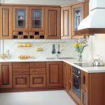 Десять способов того, как создать интересный дизайн угловой кухни с окном