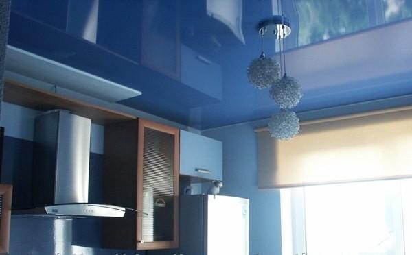 Преимущества кухонных натяжных потолков