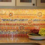 Применение мозаики для особенного оформления фартука на кухне