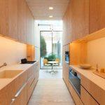 Дизайн узкой длинной кухни — приемы по расширению пространства