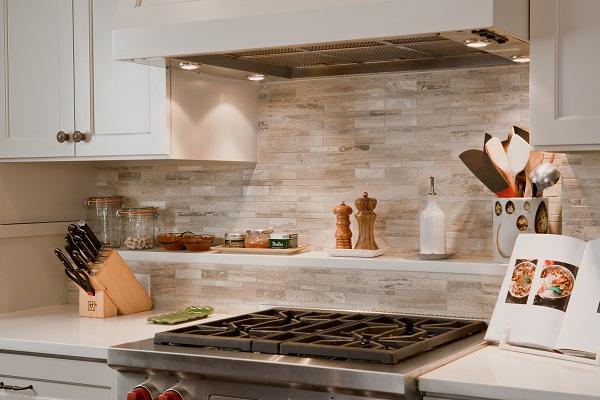 Керамическая плитка - самый удобный вариант для рабочей зоны на кухне