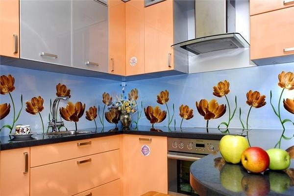 Стеклянная плитка в рабочей зоне на кухне