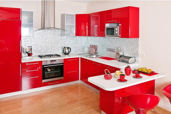 Бело красный гарнитур на кухне