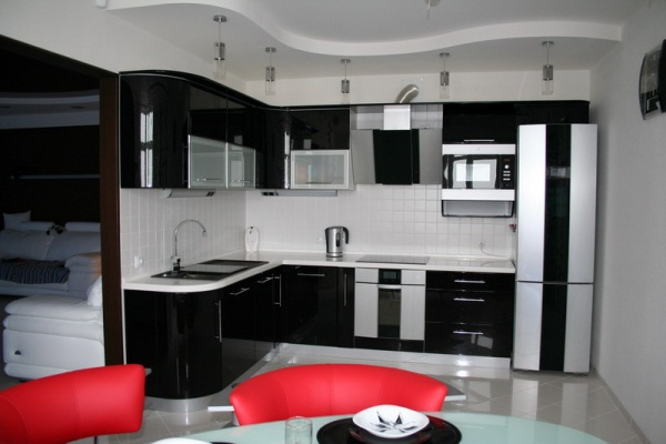 Минимализм - прекрасный вариант для кухни в бело-коричневом цвете
