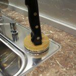 Устанавливаем плинтус для столешницы на кухне между кухонной стеной и гарнитуром