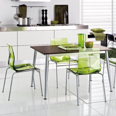 металические стулья в интерьере кухни