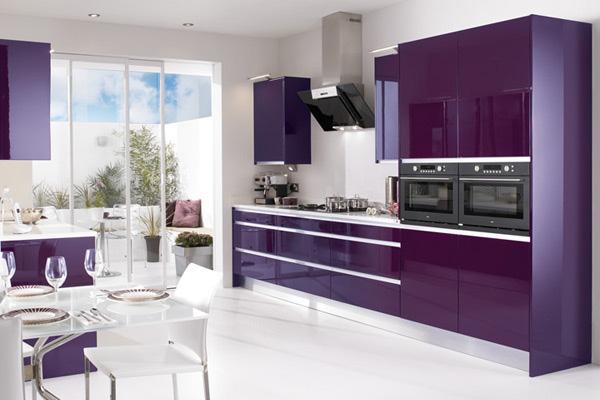 Современный дизайн кухни в фиолетовых тонах