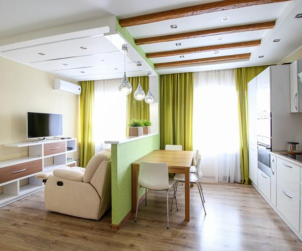 Диван в кухне-гостиной с разделительной стеной