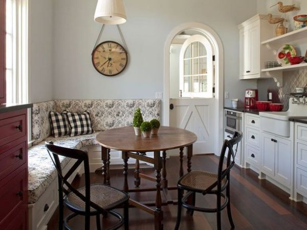 Угловой диванчик на кухне