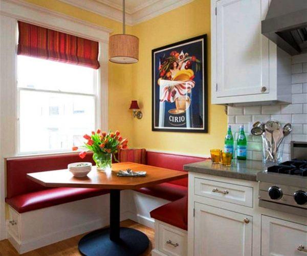 Кухня с красным диваном