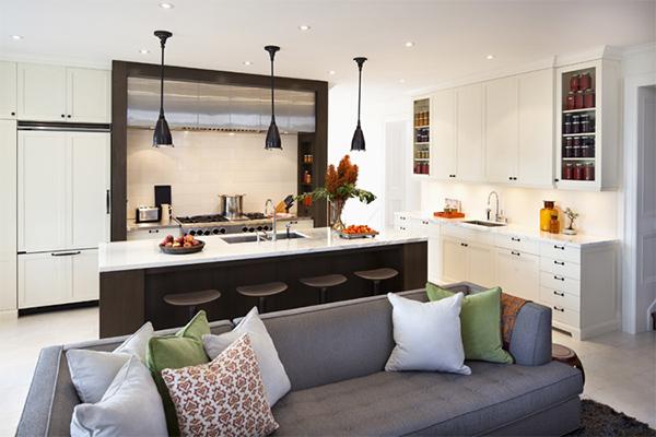 Кухня с диваном и островом