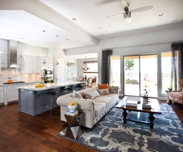 Кухня с диваном и кухонным островом