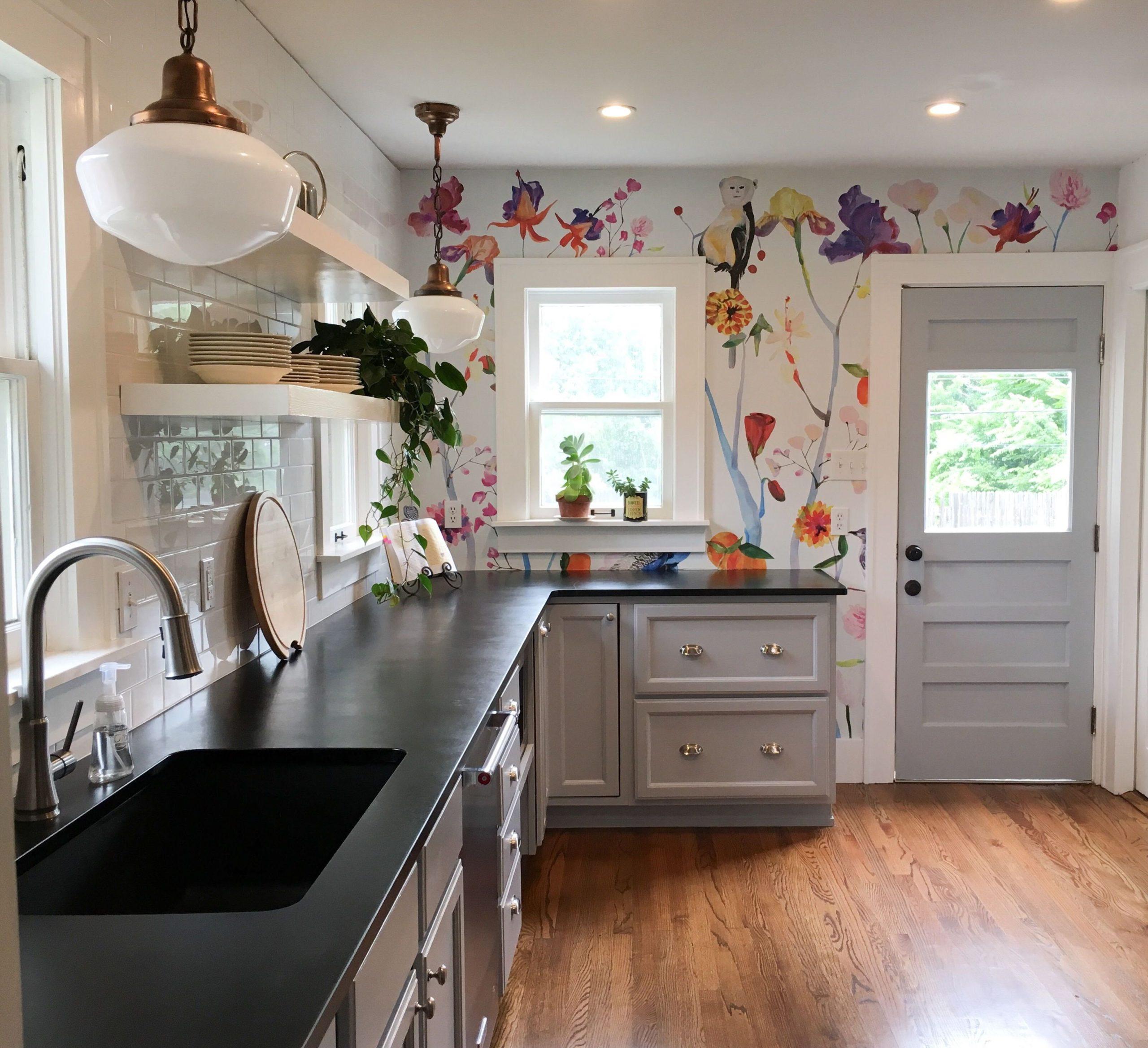 разноцветные обои на кухне